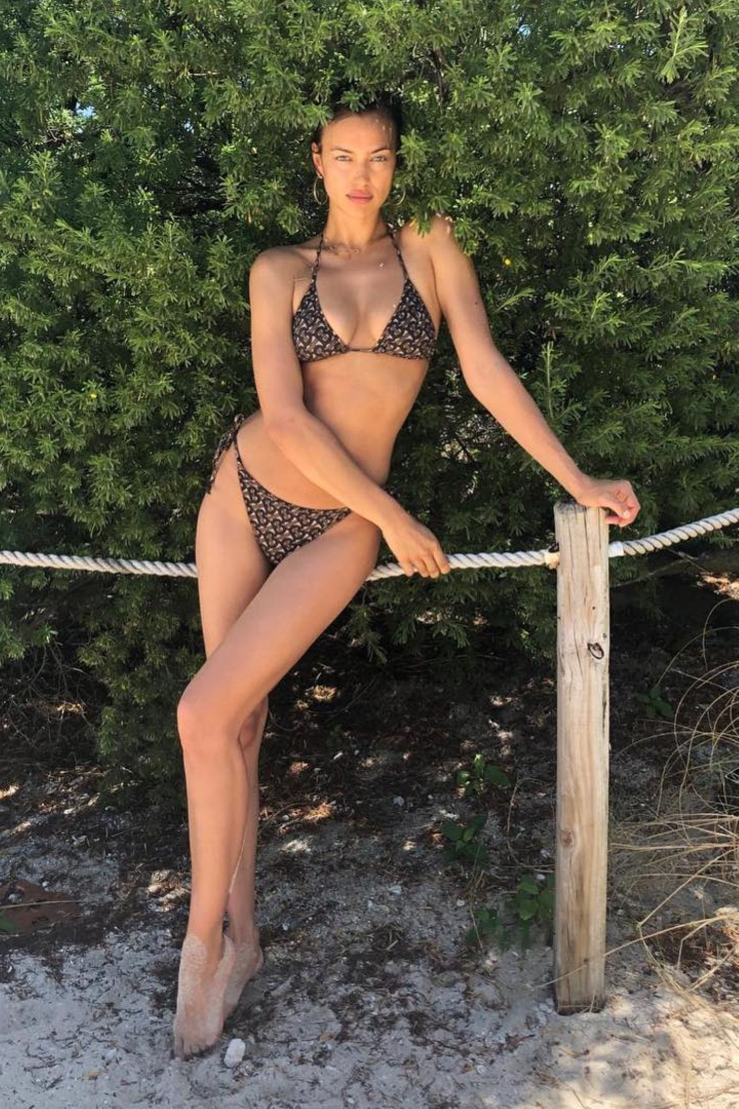 Wahnsinn, dieser Körper! Supermodel Irina Shayk zeigt im Bikini von Burberry Loyalität: Chefdesigner Riccardo Tisci (war vorher bei Givenchy tätig) ist seit Jahren ein enger Freund der gebürtigen Russin.