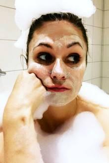 """Kleine Auszeit: Moderatorin Ruth Moschner gönnt sich das volle Beauty-Programm. Mit Gesichtsmaske hat sie es sich in der Badewanne gemütlich gemacht und zeigt sich auf Instagram mit diesem Schnappschuss. Nur in Schaum gehüllt präsentiert sie sich ihren Followern - das hat aber vor allem einen Grund: Ruth scheint in der Badewanne langweilig zu sein. Sie schreibt zu ihrem Posting: """"Team Dusche oder Team Wanne? Mir ist meistens in der Badewanne zu langweilig, wie man sieht"""". Glück für uns - denn uns langweilt dieses Foto gar nicht, sondern zaubert uns ein Lächeln ins Gesicht."""