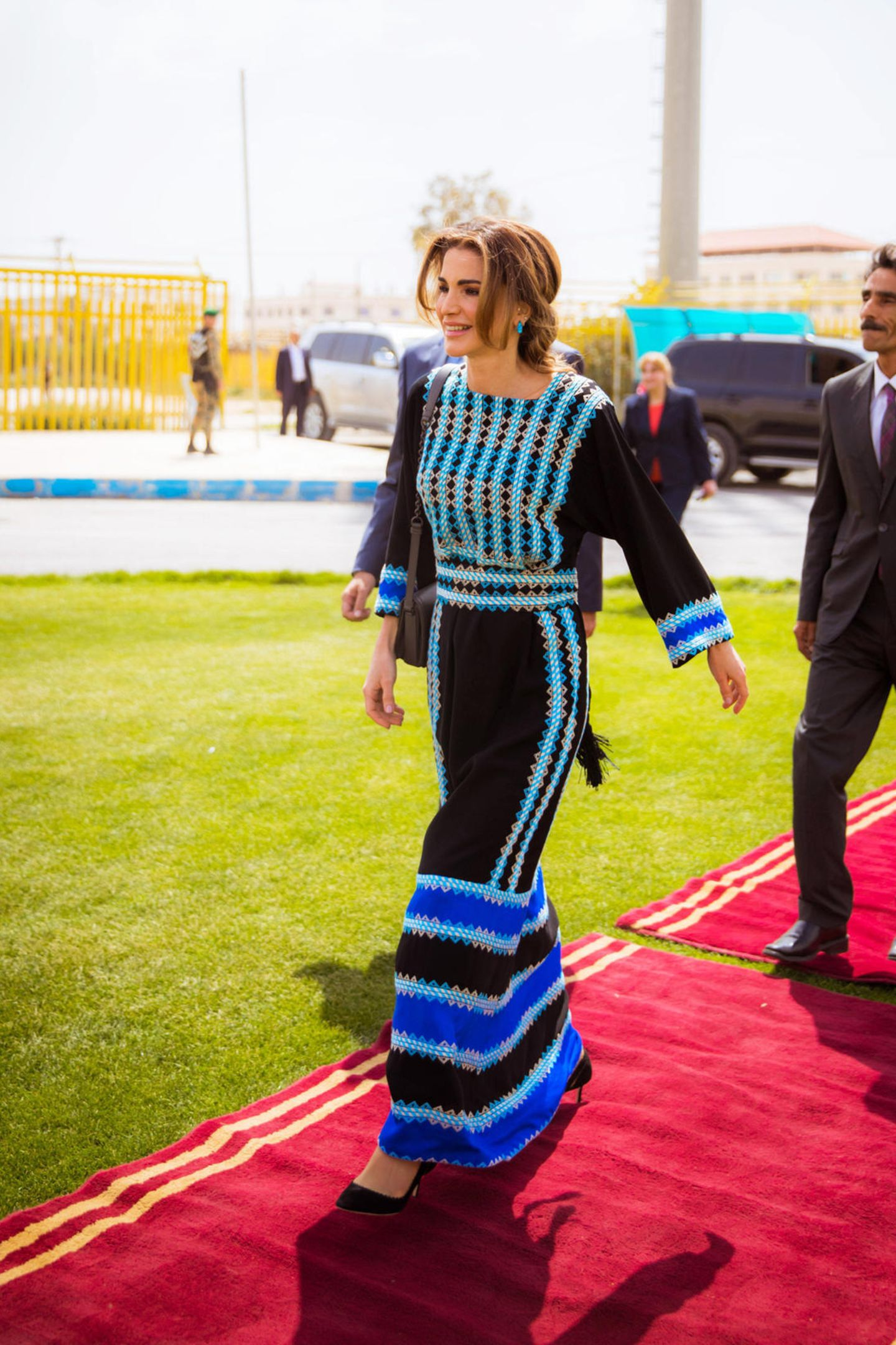 Strahlend schön schreitet Rania zur Eröffnung des Kultur-Centers inMafraq, Jordanien.