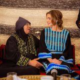 Königin Rania ist bekannt für ihre nahbare und herzliche Art. Die Liebe zu ihrem Heimatland spiegelt sich auch in ihren Styles wieder. Die schöne Königin kombiniert Folklore-Elementegerne mit luxuriösen Accessoires.