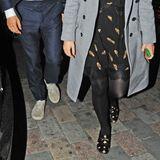 Outfits zum Verlieben: An Beatrices Date-Look fallen vor allem ihre Schuhe auf. Sie trägt schwarze Loafer von Gucci mit goldenen Stickereien. Sterne und Bienchen zieren die Schuhe der Prinzessin. Für stolze 690 Euro ist dieses Modell aktuell zu haben.