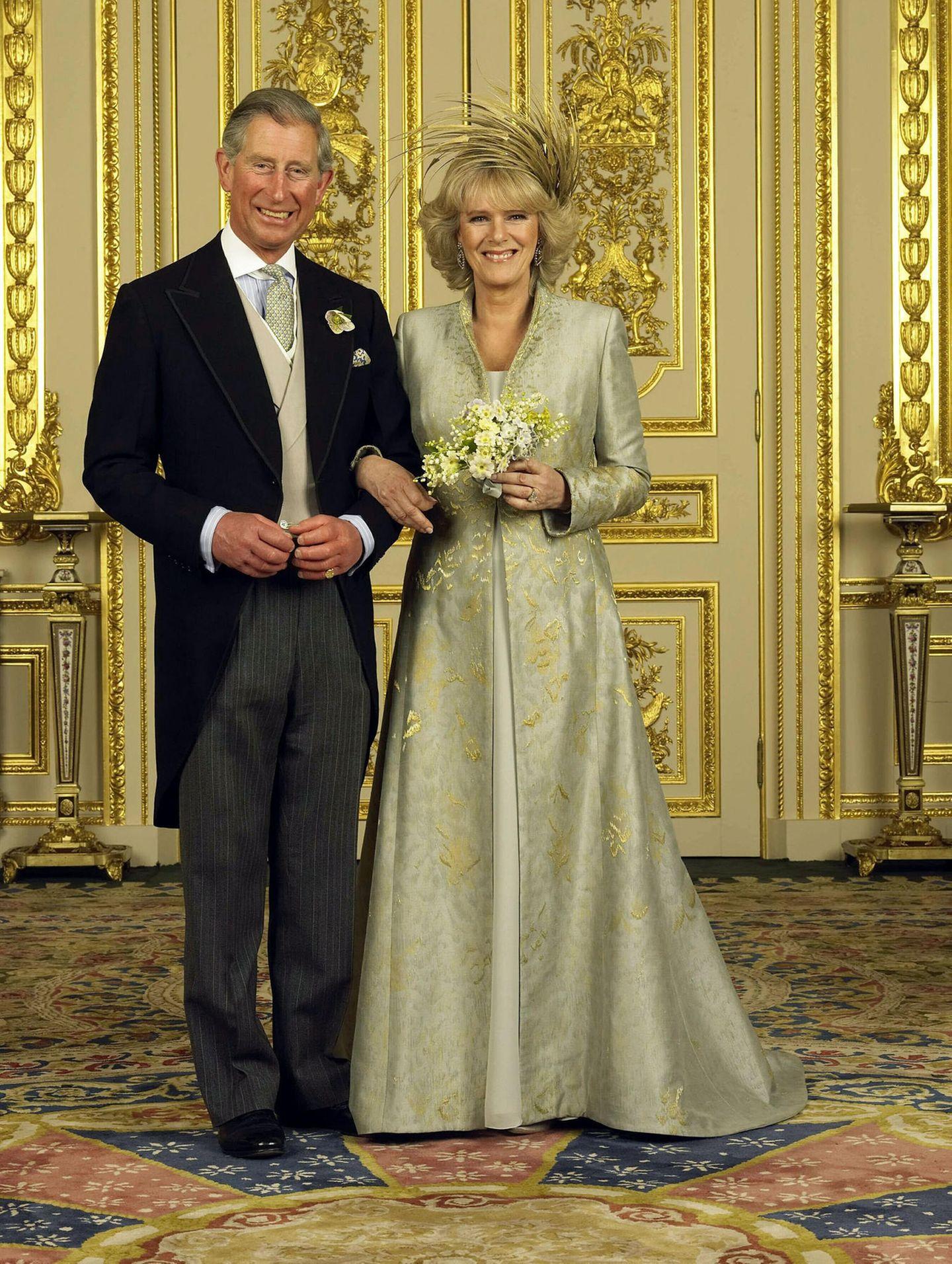 Nicht ganz so pompös wie beim ersten Mal, aber trotzdem wunderschön: Prinz Charles ehelichte seine Camilla, die seitdem mitHer Royal Highness The Duchess of Cornwall angeredet wird, am 9. April 2005 in der St-Georges-Kapelle in Windsor. Fürbeidewar es nicht die erste Trauung: Charlesals auch Camilla waren beidebereits einmal verheiratet.