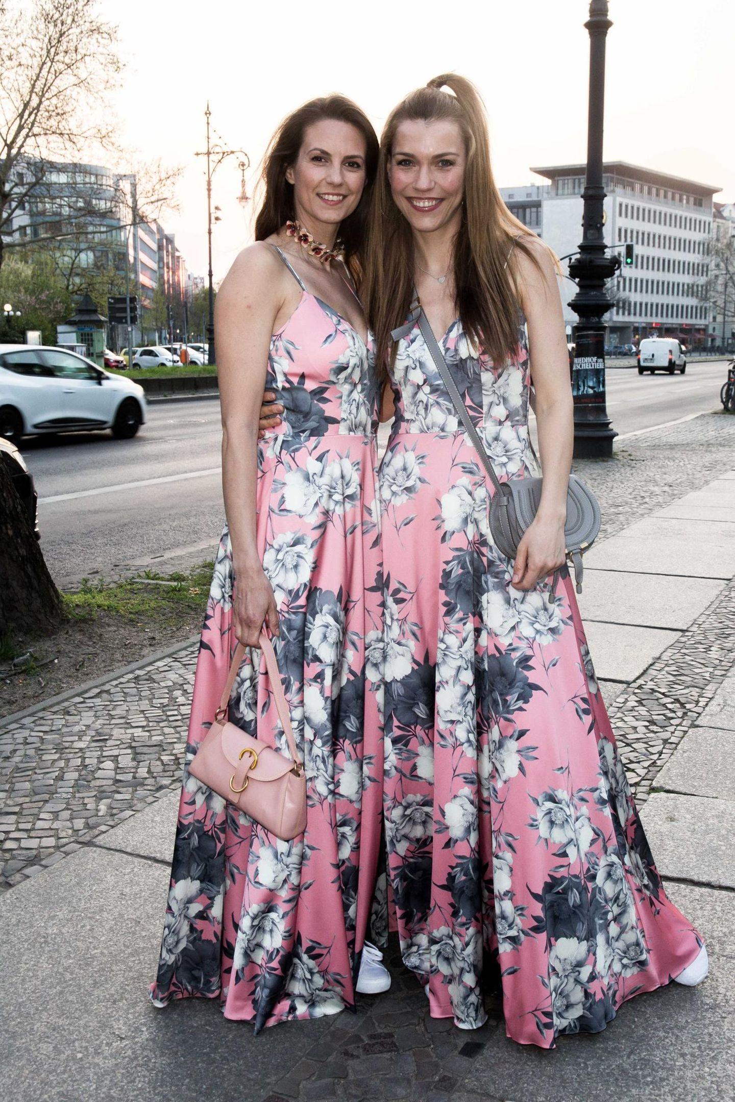 """Moderatorin Annett Möller hat ihren Mode-Zwilling gefunden! Bei den Victress Awards in Berlin lief ihr Katrin Wrobel in derselben floralen Robe über den Weg. Die beiden Stars shoppten unabhängig voneinander bei """"Unique Europe"""". Auf dem Event nahmen sie den gleichen Look mit Humor und strahlten gemeinsam in die Kamera."""