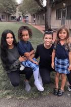 9. April 2019  Zwar fängt die Schule für Penelope (rechts) und North West (links) jetzt nach den Frühlingsferien wieder an, aber das scheint die beiden hübschen Mädchen nicht zu stören. Die lächeln zusammen mit ihren MütternKim und Kourtney Kardashian in die Kamera.