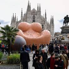 Der acht Meter hohe Sessel von Gaetano Pesce steht auf der Piazza Duomo direkt vor dem Mailänder Dom.