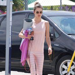 Alessandra Ambrosio macht auch beim Sport eine super Figur – auch in modischer Hinsicht! Ob sie absichtlich zum pinken Handtuch gegriffen hat, um es auf ihren rosafarbenen Yoga-Look abzustimmen?