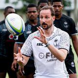 9. April 2019  Sehr sportlich, Haakon! Der norwegische Kronprinz zeigt bei seinem Besuch auf den Fidschi-Inseln, was erin Sachen Rugby so drauf hat.