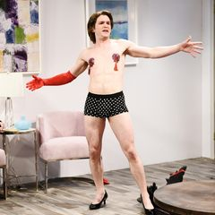 """DAS soll Kit Harington sein!? Als Striptease-Tänzer amüsiert der """"Game of Thrones""""-Star in einem Sketch der Comedy-Show """"Saturday Night Live"""" zusammen mit Kate McKinnon die Zuschauer. Ohne Bart und Winterfell ist er aber wirklich nicht wiederzuerkennen."""