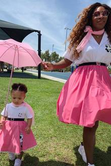 Ist das niedlich! Alexis Olympia Ohanian und Mama Serena Williams begeistern im mädchenhaften Mutter-Tochter-Look mit Retro-Feeling.