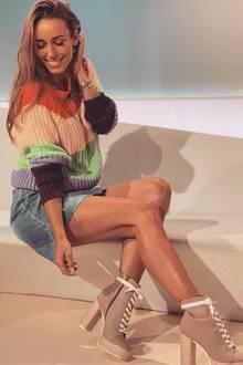 Aber die Moderatorin kann auch die 70er: Im TV-Studio setzt Annemarie Carpendale ihre Beine durch hohe Plateau-Schuhe mit Schnürroptik in Szene.
