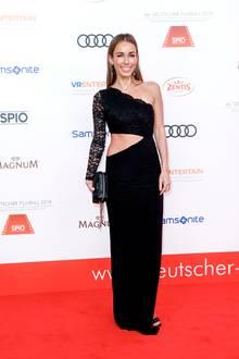 Annemarie Carpendale zeigt ihren Wow-Body. Anlässlich des deutschen Filmballs wählte die Moderatorin ein asymmetrisches Kleid mit Spitze und sexy Cut-out. So eine Robe kann wohl nicht jede 41-Jährige tragen...