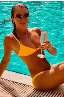 """Wenn es beruflich so gut läuft wie bei """"Britain's Got Talent""""-Jurorin Amanda Holden, dann kann man auch mal mit einem Glas Champagner anstoßen. Insbesondere, wennman noch dazu einen solchen Traumbody hat - mit immerhin 48 Jahren."""