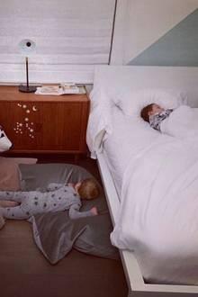 ... teilt Ivanka durchdiesensüßenSchnappschuss ihren Followern auf Instagram mit. Einer der beiden Jungs hat es nicht länger in seinem Bett ausgehalten und es sich kurzerhand auf dem Boden gemütlich gemacht.