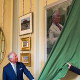 Der 70-Jährigeenthüllt sein überdimensional großes Gemälde, welches nun fortan im Schloss ausgestellt wird.