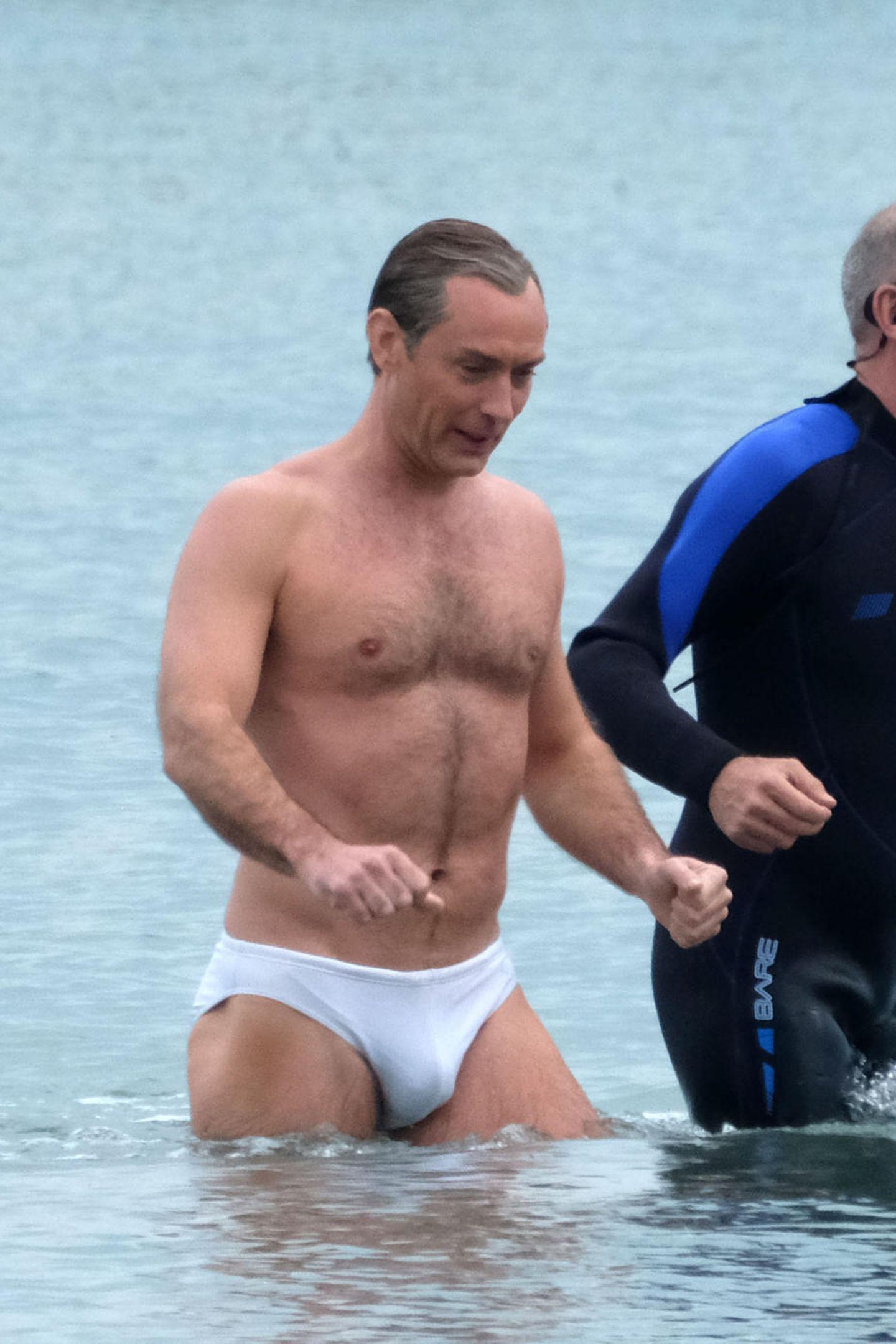 """Bei den Dreharbeiten zur Serie """"The New Pope"""" entsteigt Jude Law in äußerst knapper Badeshorts dem Meer vor Venedig. Ein gar nicht mal so keuscher Auftritt vom sexy Briten."""