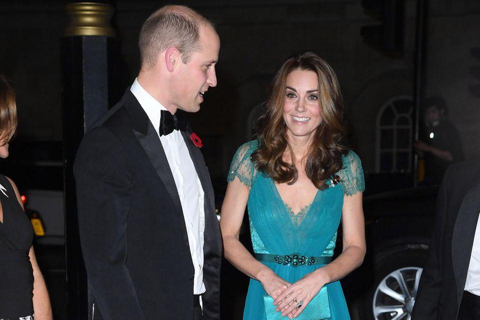 Für Herzogin Catherine wurde der Ausschnitt und die Farbe desJenny-Packham-Dresses angepasst.