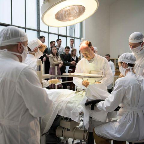 Prof. Ferdinand Sauerbruch (Ulrich Noethen, M.) operiert in der zweiten Staffel ein Kind, das Opfer eines Bombenangriffs wurde