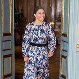 Prinzessin Victoria hat zahlreiche, langarmige Midi-Kleider mitRundhalsausschnitt im Kleiderschrank. Dieses wild gemusterte Modell kombiniert siemit schwarzen Accessoires. Gürtel, Handtasche und High Heels sind farblich aufeinander abgestimmt.
