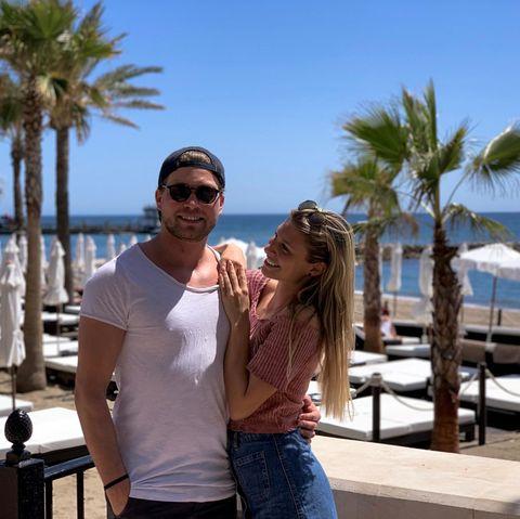 10. April 2019  Raul und Vanessa sind im Urlaubsmodus! Im Beach Club des Amàre Beach Hotel genießen die beiden die Sonne von Marbella.