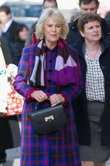 """Zu ihrem auffällig karierten Outfit kombiniert Camilla die schlichte """"Letterbox""""-Tasche von Aspinal of London."""