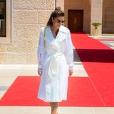 Eine Vision in Weiß: Königin Rania von Jordanien trägt einen Mantel aus Organza des französischen Luxuslabels Lanvin und unterstreicht damit ihren Ruf als Stilikone.