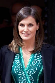 Königin Letizias ist dafür bekannt, neben ihremLieblingslabel Hugo Boss, sehr gerne zu günstigeren spanischen Marken wie Zara & Co. zu greifen. Dieses grüne Hingucker-Kleid des französischen Trend-Labels Sandro ist daher eine kleiner Überraschung.