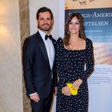 """Prinz Carl Philipp und Prinzessin Sofia könnten auch als """"Pünktchen und Anton"""" durchgehen. Das schwarze Polka-Dot-Kleid der stilsicheren Schwedin stammt vom Label & Other Stories und kostet erschwingliche 89 Euro."""