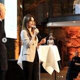 Prinzessin Sofia von Schweden spricht im neutralen Businessoutfit über ihre Arbeit mit Project Playground. Die schmale, schwarze Hose und der taillierte Blazer sind seriös, aber dennoch modern.