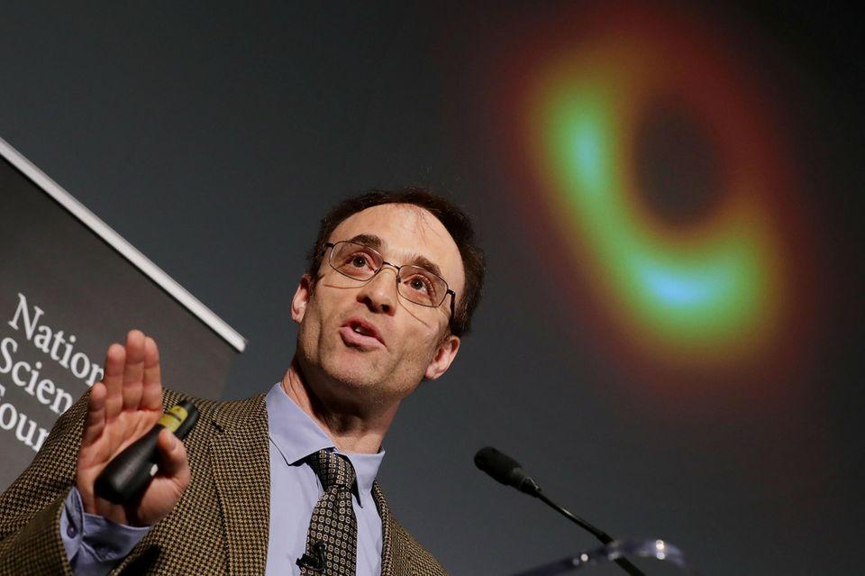 """Event Horizon Telescope""-Direktor Sheperd Doeleman präsentiert das historische Bild in Wahsington."