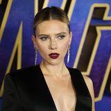 """Zugegeben: So wirklich haften bleibt unserBlick in Scarlett Johanssons Gesicht nicht. Vielmehr zieht der Look der """"Avengers""""-Schauspielerin während eines Fan-Events in England alle Blicke auf sich. Der Blazer von Tom Ford kreiert der 34-Jährigen nicht nur eine großartige Silhouette, sondern auch ein Dekolleté mit Wow-Faktor."""
