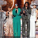 Bei den Grammy Awards betritt Michelle Obama zusammen mit Lady Gaga, Jada Pinkett Smith, Alicia Keys und Jennifer Lopez die Bühne und kann mit dem Star-Glamour definitiv mithalten. Ihr schimmernder Disco-Zweiteiler ist modern und klassisch zugleich.