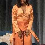 """Im seidenen Ensemble legt Michelle Obama einen wahrhaft glanzvollen Auftritt hin, als sie ihr Buch """"Becoming"""" in Austin promotet."""