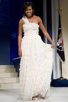 """Zum Ball im """"Washington Convention Center"""" kommt Michelle Obama in einer langen Robe, bei der leichter Tüll auf feine Steinchen und 3D-Blümchen treffen."""