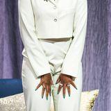 Der besondere Hingucker an Michelle Obamas Look sind jedoch ihre Nägel. Diese sind nicht nur ziemlich lang, sondern auch schrill lackiert. Der Grünton hebt sich extrem von dem hellen Hosenanzug ab.