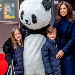 2019  Glücklich lächelnd posieren die dänischen Zwillinge und ihre Mama mit einem Riesenteddy.