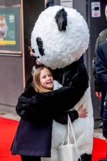2019  Prinzessin Josephine freut sich über eine bärenstarkeUmarmung.