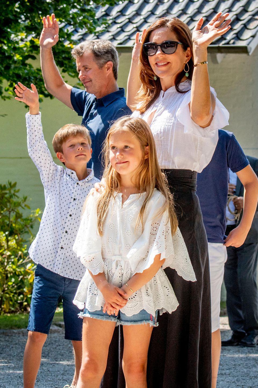 2018  Im Sommer grüßen die dänischen Zwillinge mit ihren Eltern fröhlich die Gäste des Graastener Ringreitervereins vor Schloss Graasten.