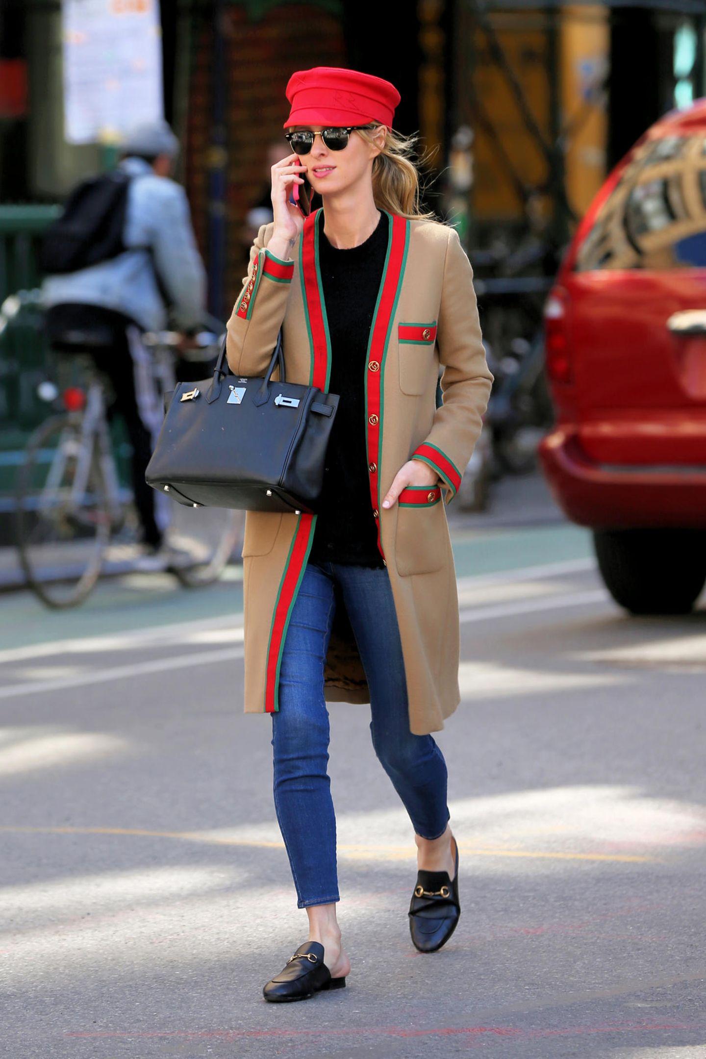 Nicky Hiltons luxuriöser Streetstyle: Mantel (rund 2.500 Euro) und Loafer (rund 600 Euro) von Gucci, Cap (rund 250 Euro) von RuslanBaginskiy undHermès Birkin Bag (rund. 8.000 Euro). Ihre Sonnenbrille von Ray Ban ist mit rund 100 Euro im Vergleich ein echtes Schnäppchen. Der Look der Hotelerbin kostet ingesamt 11.450 Euro,Sweatshirt und Jeans nicht eingerechnet.
