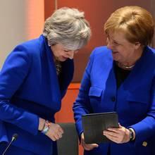 Bundeskanzlerin Angela Merkel und die britische Premierministerin Theresa May im Zwillingslook in Brüssel, Belgien.