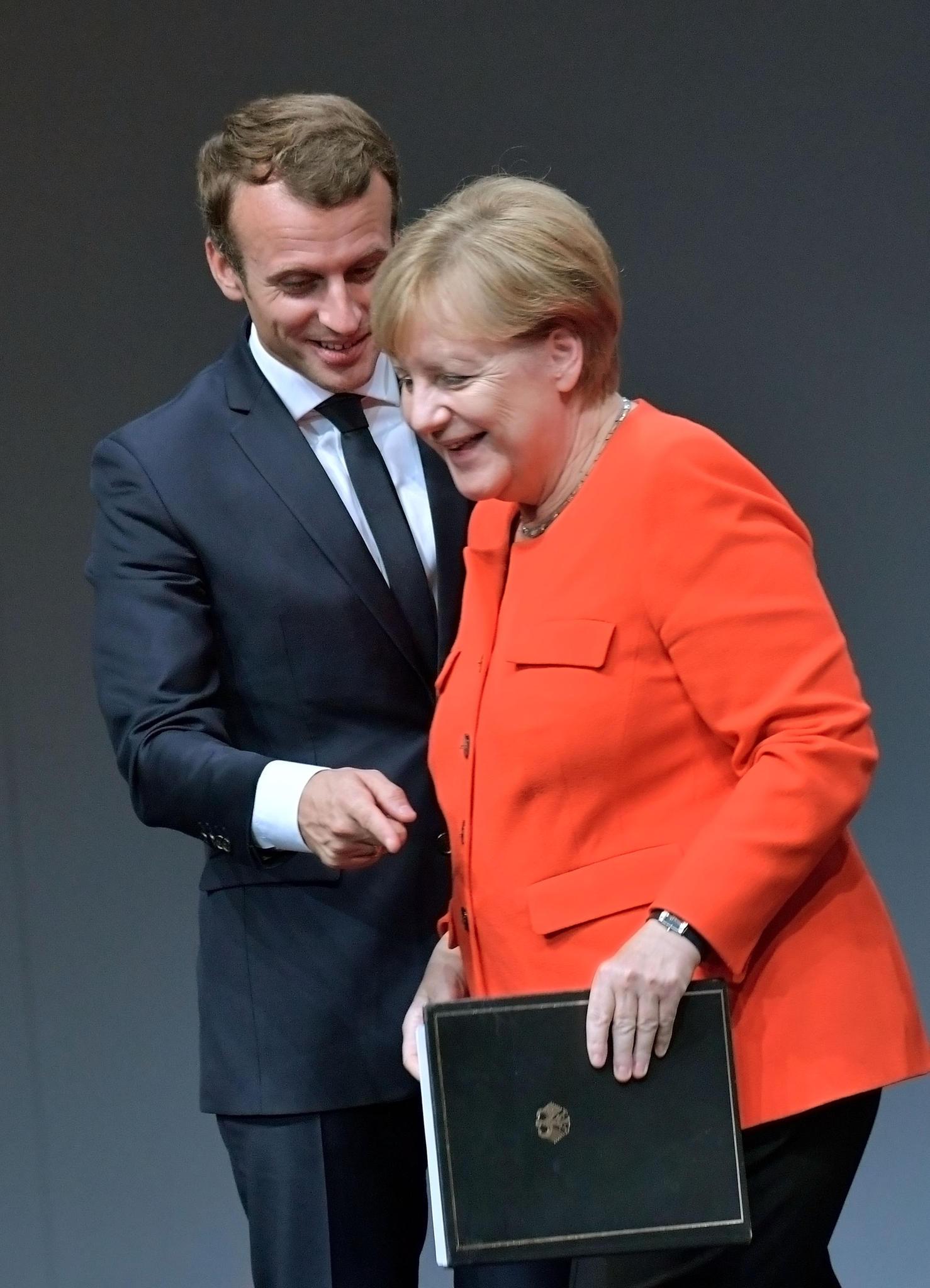 Als Angela Merkel gemeinsam mitEmmanuel Macron auf der Frankfurter Buchmesse erschien, wählte sie einen orangeroten Blazer.