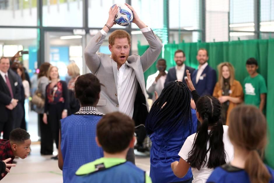 Prinz Harry beim Besuch einer Einrichtung für Kinder und Jugendliche aus sozial schwachen Familien