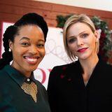Passend zu den pinken Blütenapplikationen auf ihrem Blazer trägt sie knallpinken Lippenstift. Charlène ist zu Besuch in Südafrika und posiert dort mit der ReporterinThando Aaliyah Kubheka für die Kamera. Für die in Afrika geborene Fürstin sicherlich ein ganz besonderer Besuch.