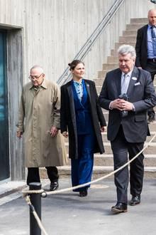 Bei dem Besuch eines Wissenschaftsinstitut im schwedischen Skansen erscheint Prinzessin Victoria in einem blauen Hosenanzug mit femininer Betonung der Taille. Der gerade Mantel sieht darauf eher aus wie mal ebenübergeworfen, zumal die Schwarz-Blau-Kombination hier eher weniger gelungen ist. Also: Punktabzug in Schnitt und Farbe. Nächstes Mal macht die schöne Schwedin das aber sicher wieder besser.