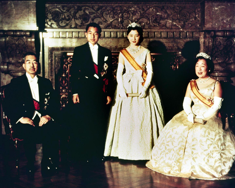 10. April 1959  Das offizielle Hochzeitsfoto von Akihito und Michikomit dem damaligen Kaiser Hirohito und Kaiserin Nagako war dann aber wieder recht westlich. Ihr schönes Brautkleid stammt aus dem Pariser Modehaus Dior.