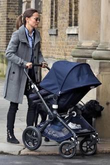 Pippa Middleton zeigt sich in London mit Kind und Hund auf einem Spaziergang. Sie trägt einen grauen Mantel und ein hellblaues Hemd von Sandro. Dazu kombiniert sie schwarze Jeans und Stiefeletten. Ihre runde Sonnenbrille trägt die Neu-Mama trotz des grauen Regenwetters; Schwägerin Vogue Williams verriet erst kürzlich, dass Pippas Sohn Arthur nachts nicht wirklich durchschläft. Klar, dass Kates Schwester ihre müden Augen verstecken will.