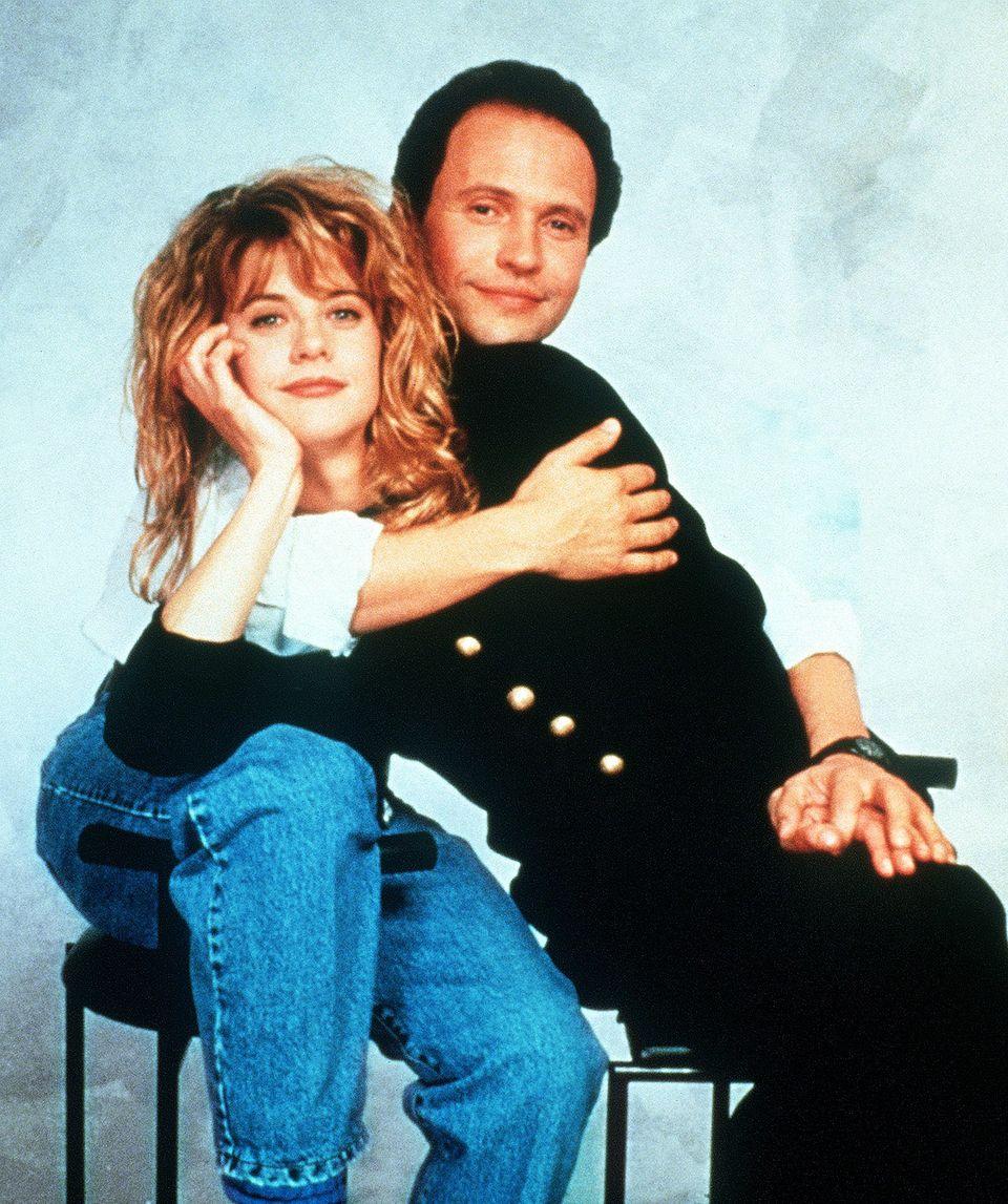 """Meg Ryan und Billy Crystal wurden mit der Romcom """"Harry und Sally"""" aus dem Jahr 1989 weltberühmt,und besonders Meg legte in ihrer Paraderolle als niedliche Blonde in den Neunziger Jahren mit Filmen wie """"Schlaflos in Seattle"""" und Co. eine beeindruckende Hollywood-Karriere hin."""