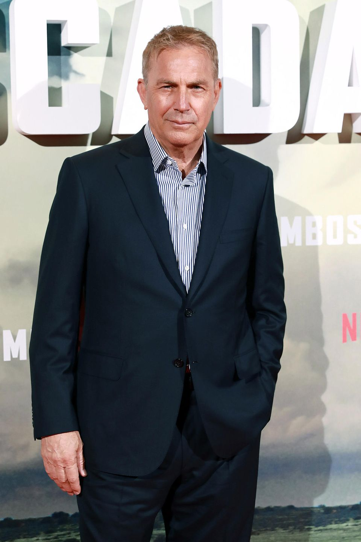 """Costners Regie-Arbeit """"The Postman"""" von 1997 war dann aberein solcher Flop, dass er seitdem eher als Gift an den Kinokassen galt. Derzeit versucht er es noch mal in dem Netflix-Film"""" The Highwaymen""""."""
