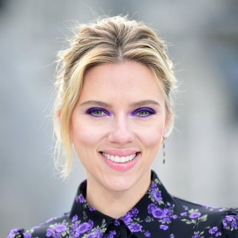 Ein Veilchen wollen wir nicht freiwillig bekommen, aber violette Augen schon. Schauspielerin Scarlett Johansson beweist, wie wunderschönfarbenfrohes Make-up sein kann. In Kombination mit ihrer Bluse ist dieser Look ein modischer Volltreffer!  Tipp: Lila Lidschatten sollte nur aufgetragen werden, wenn man ausgeschlafen ist. Augenringe machen sich bei diesem Trend leider gar nicht gut.
