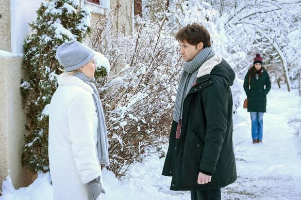 """""""Sturm der Liebe"""", Folge 3133: Am Donnerstag (25.04.19) bekommt Denise (Helen Barke, r.) einen Streit zwischen Annabelle (Jenny Löffler, l.) und Joshua (Julian Schneider, M.) mit."""