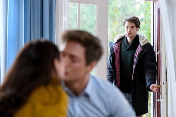 """""""Sturm der Liebe"""", Folge: Am Dienstag (23.04.19) beobachtet Joshua (Julian Schneider, r.)Denise (Helen Barke, l.) und Henry (Patrick Dollmann, M.) in einer eindeutigen Situation. Die scheint ihm nicht zu gefallen..."""